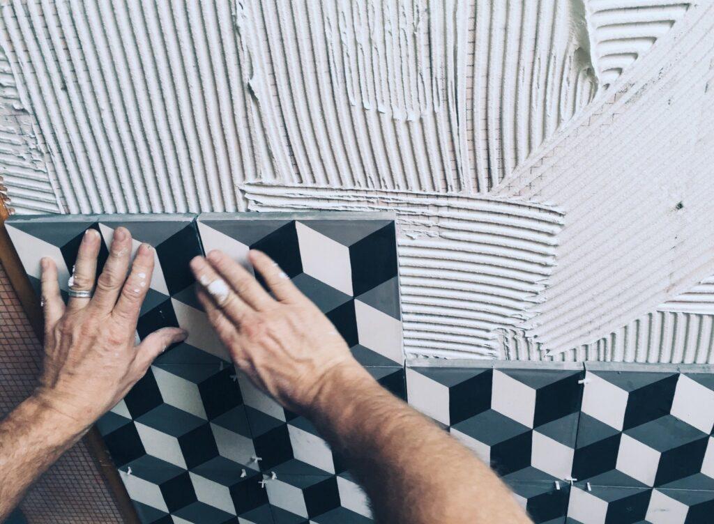 burkolás mintás fürdőszoba csempével