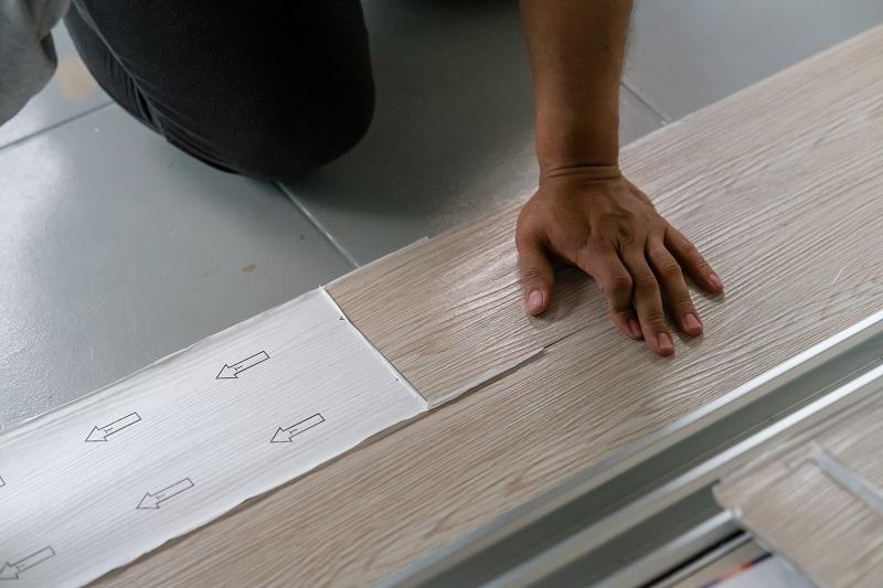 ragasztós vinyl padló lerakása